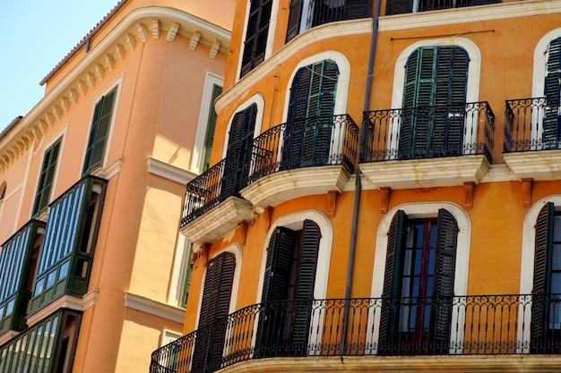 Widok na stare, zabytkowe, typowe budynki. klasyczny, kultura. centrum miasta palma de mallorca, baleary, hiszpania.