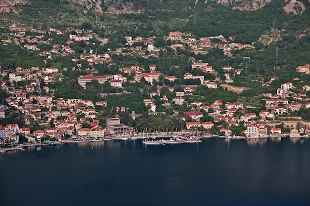 Widok na starożytne miasto kotor na wybrzeżu adriatyku, czarnogóra
