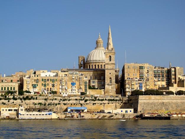 Widok na starożytne miasto valletta, malta