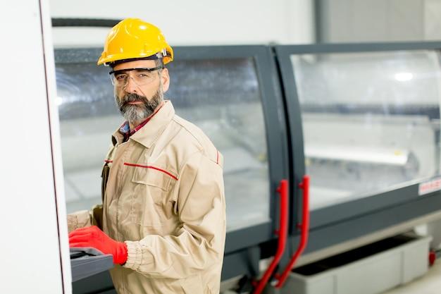 Widok na starszy mężczyzna pracuje w fabryce