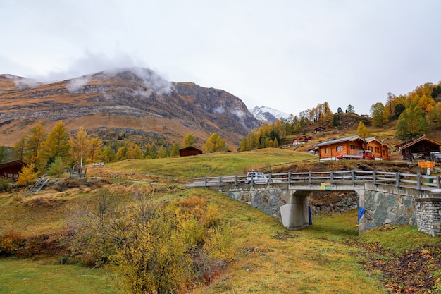 Widok na stary budynek na stacji kolejki linowej furi jesienią i deszczowy dzień. w miejscowości furi, zermatt, szwajcaria.