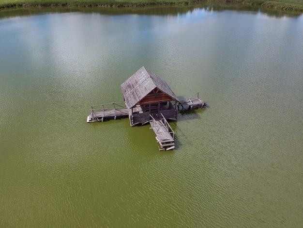 Widok na stary drewniany dom rybaka nad jeziorem