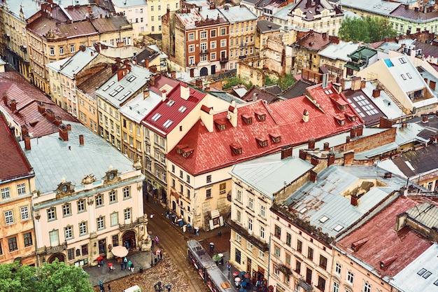 Widok na stary lwów. jasne kolorowe dachy domów w historycznym centrum miasta