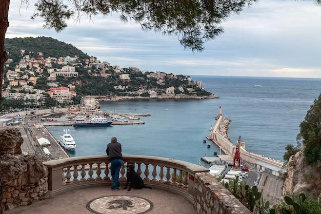 Widok na stary port nicei, duże statki wycieczkowe, latarnia morska ktoś cieszy się widokiem francja?