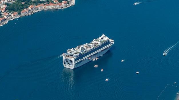 Widok na statek wycieczkowy na morzu.