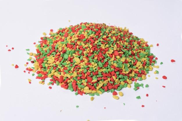 Widok na stertę kolorowych witamin dla ptaków