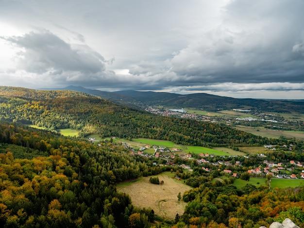 Widok na sudety na dolnym śląsku. sezon jesienny