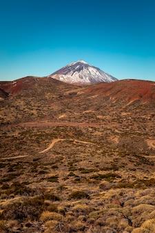 Widok na szczyt el teide i wulkan, najwyższy szczyt hiszpanii na teneryfie, wyspy kanaryjskie, hiszpania.