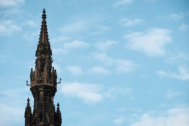 Widok na szczyt pomnika scotta na tle błękitnego nieba edynburg szkocja