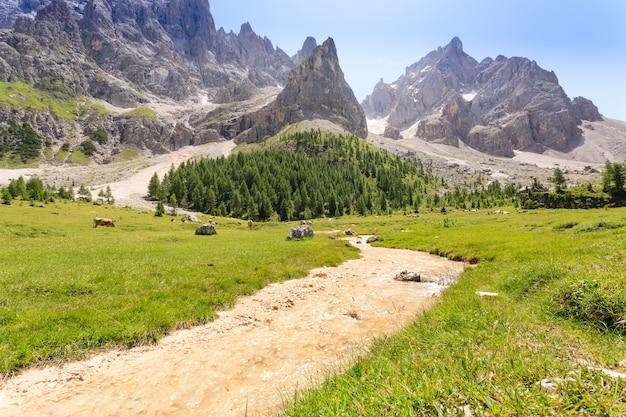 Widok na szczyty górskie, krajobraz dolomitów