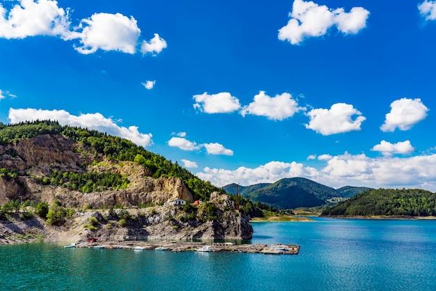 Widok na sztuczne jezioro zaovine w serbii