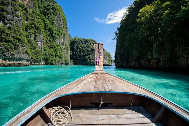 Widok na tajlandzki tradycyjny longtail łodzi nad czyste morze i niebo w słoneczny dzień, wyspy phi phi, tajlandia