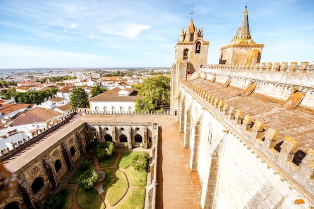 Widok na taras głównej katedry z piękną wieżą i dziedzińcem w mieście evora w portugalii