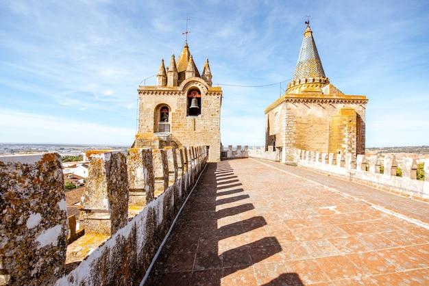 Widok na taras głównej katedry z piękną wieżą w mieście evora w portugalii