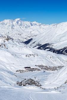 Widok na tignes zimą we francji.