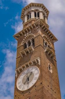 Widok na torre dei lamberti w weronie, włochy