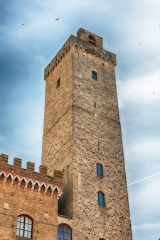 Widok na torre grossa, najwyższą średniowieczną wieżę san gimignano, toskania, włochy