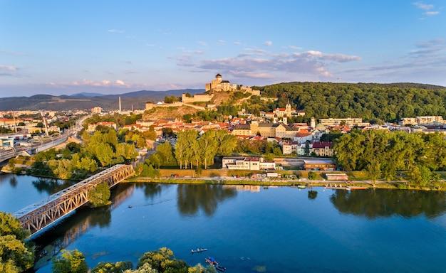 Widok na trencin z zamkiem trencin nad rzeką wag na słowacji.