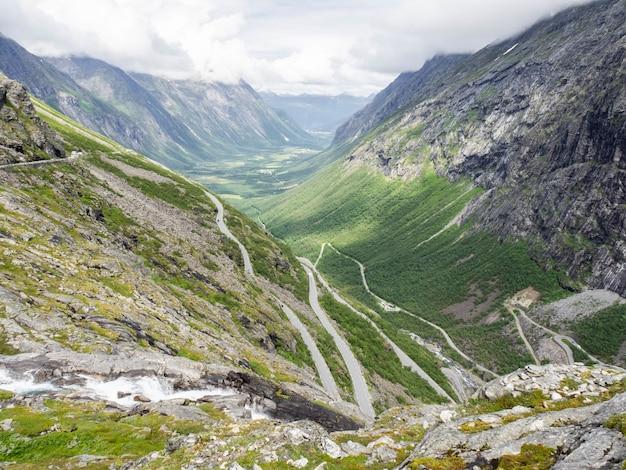 Widok na troll road w norwegii. górski krajobraz z krętą drogą dla samochodów