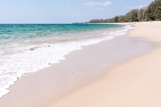 Widok na tropikalną plażę w lecie