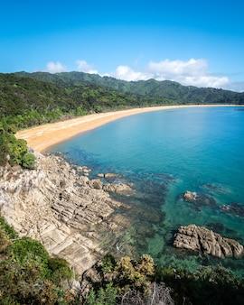 Widok na tropikalną plażę ze złotymi piaskami i lazurowymi wodami abel tasman nowa zelandia