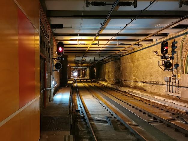 Widok na tunele miejskie w maladze i platformę metra