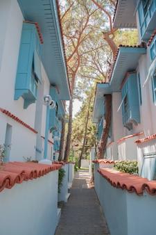 Widok na turecką ulicę z tradycyjnymi domami