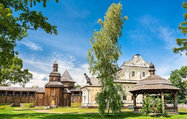 Widok na twierdzę baturyn w obwodzie czerniowskim na ukrainie