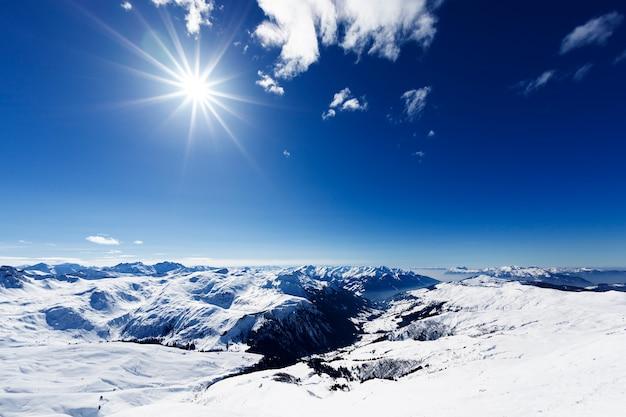 Widok na typowy alpejski ośrodek narciarski i stoki narciarskie