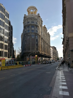 Widok na ulice centrum barcelony.