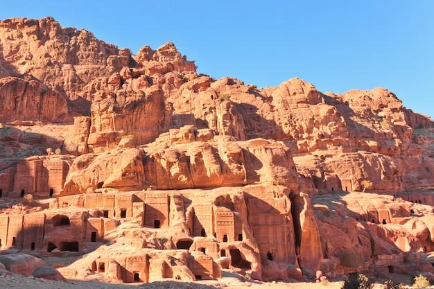 Widok na ulicę fasady w zaginionym mieście petra w jordanii w słoneczny dzień.