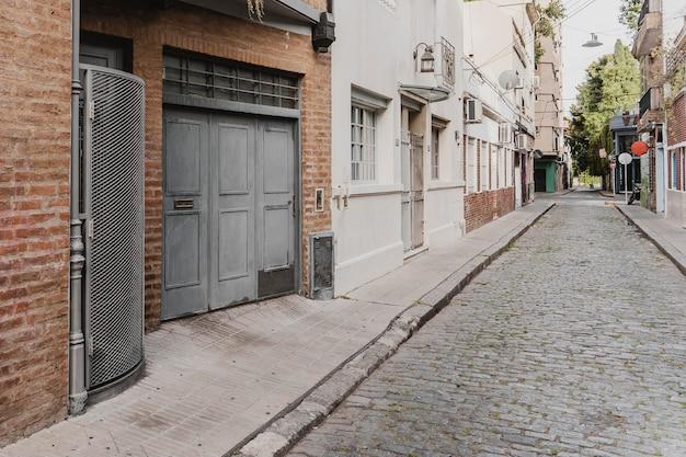 Widok na ulicę w mieście z domami