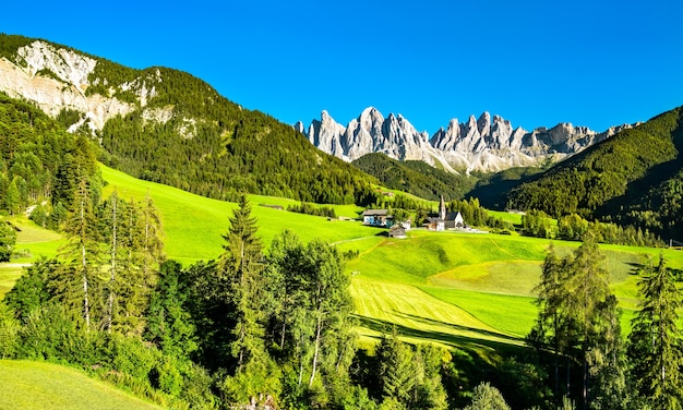 Widok na val di funes z kościołem santa maddalena w dolomitach. światowe dziedzictwo unesco w południowym tyrolu we włoszech