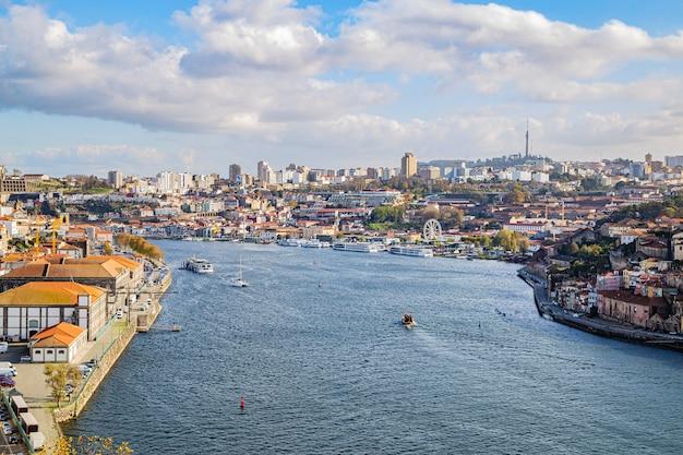 Widok na vila nova de gaia z rzeką douro, 13 listopada 2019 r