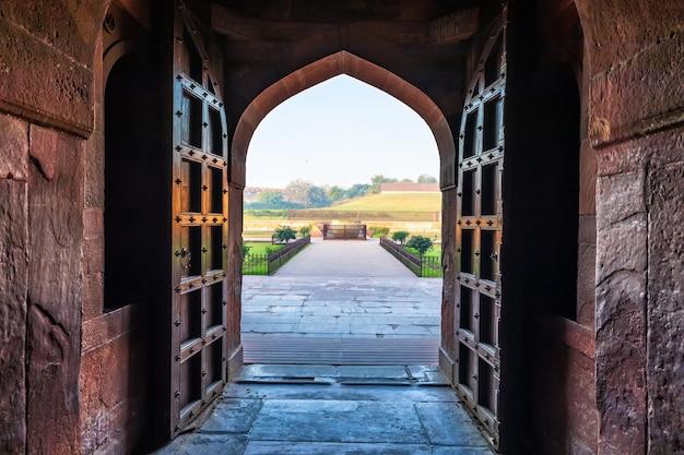 Widok na wannę jahangir z pałacu, fort agra, indie.