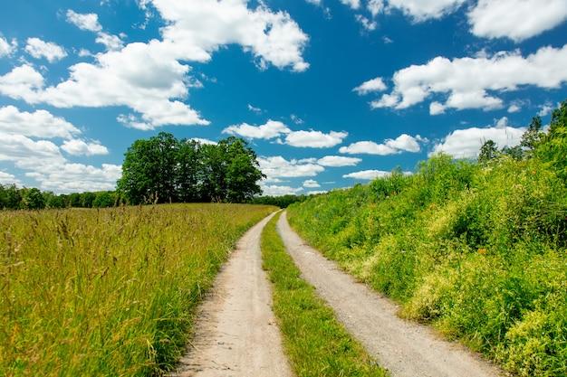 Widok na wiejską drogę z cloudsin polska południowa