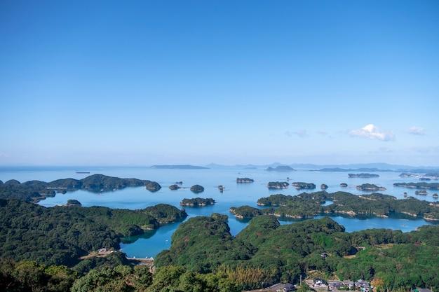 Widok na wiele wysp i morza. kujuku wyspa (99 wysp) w sasebo, nagasaki, japonia.