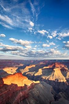 Widok na wielki kanion z chmurą w błękitne niebo