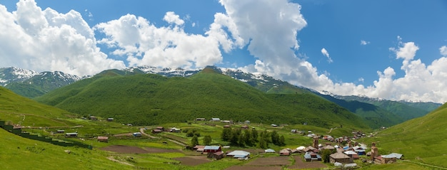 Widok na wieś uszguli. górna swanetia, gruzja