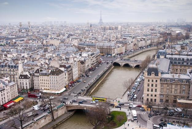 Widok na wieżę eiffla i sekwanę w paryżu, francja