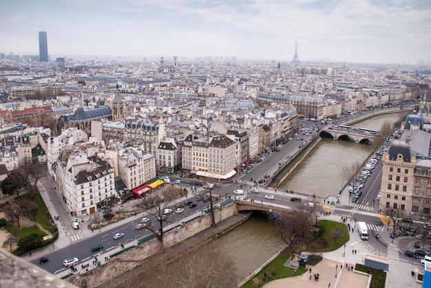 Widok na wieżę eiffla, montparnasse i sekwanę w paryżu, francja