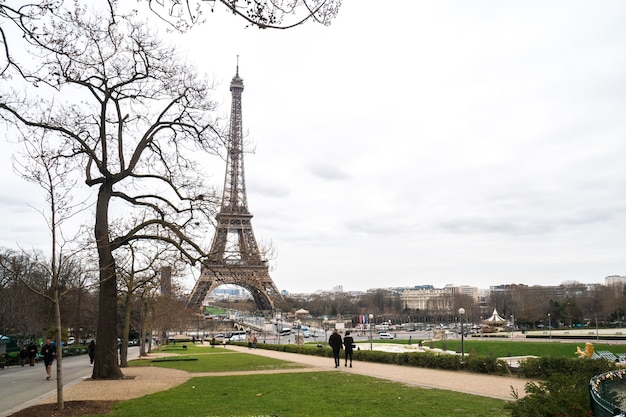 Widok na wieżę eiffla zimą, paryż, francja.