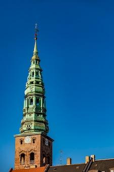 Widok na wieżę kościoła nikolaj w kopenhadze, dania