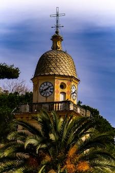 Widok na wieżę kościoła św marcina w portofino, włochy