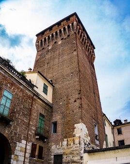 Widok na wieżę porta castello (1343) w veicenza, włochy