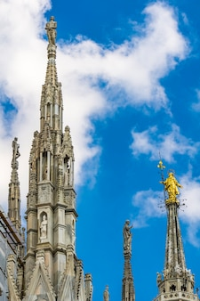Widok na wieże z białego marmuru na dachu słynnej katedry duomo di milano w mediolanie we włoszech