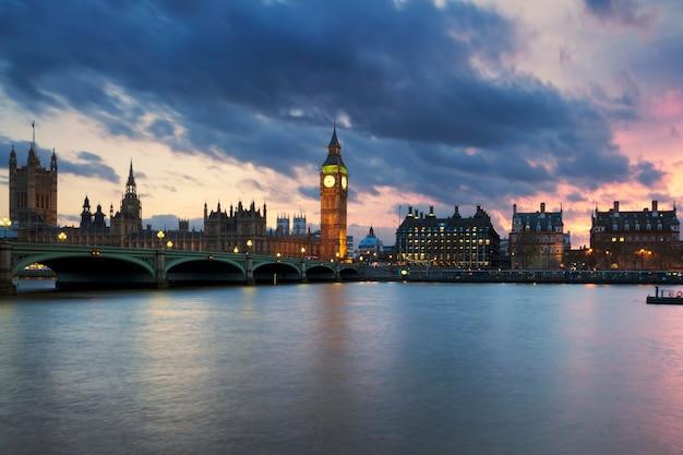 Widok na wieżę zegarową big ben w londynie o zachodzie słońca w wielkiej brytanii.