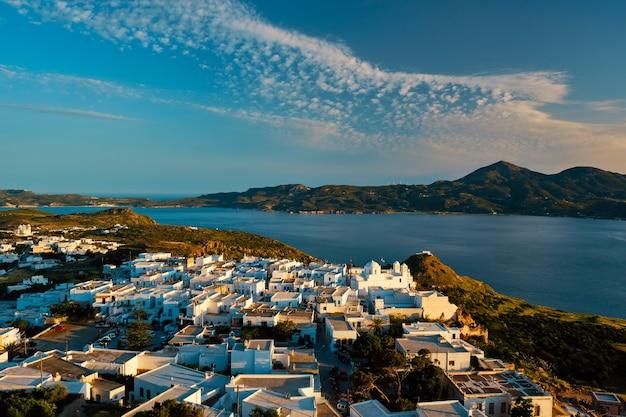 Widok na wioskę plaka na wyspie milos o zachodzie słońca w grecji