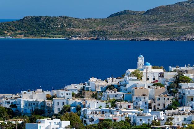 Widok na wioskę plaka z tradycyjnym greckim kościołem. wyspa milos, grecja