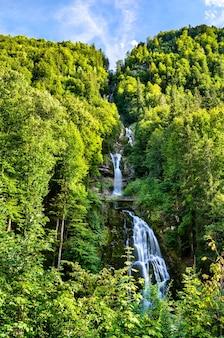 Widok na wodospad giessbach nad jeziorem brienzersee w szwajcarii